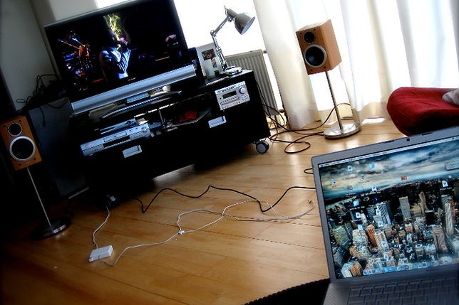 Podłączasz kable do telewizora w ten sposób? Przecież go sobie zniszczysz!