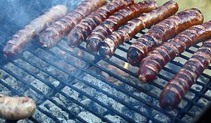 Mimo że kiełbasa nie jest w ogóle polecana do pieczenia na grillu, Polacy chętnie wrzucają ją na ruszt.