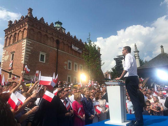 Niesamowita tyrada Morawieckiego w Sandomierzu. Zachrypnięty premier, przekrzykuje syreny