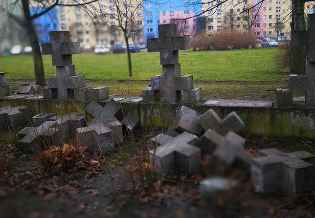 Ogrodzenie zostało zniszczone od strony ul. Leszczyńskich i ul. Ciołkowskiego.