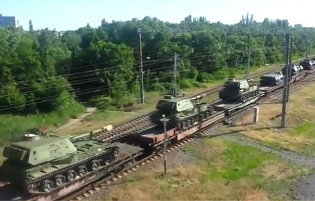 Transport rosyjskiego sprzętu wojskowego przy granicy z Ukrainą