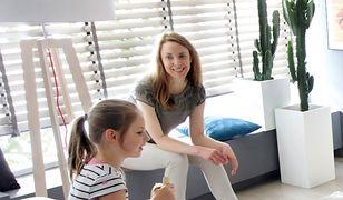 Niezbędnym elementem pokoju dziennego jest także sofa. Najwygodniejszy będzie model wyposażony w szerokie, miękkie podłokietniki.
