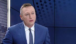 """""""Normalny obywatel"""" i """"wódz"""". Brejza porównał wejścia Tuska i Kaczyńskiego do sądu"""