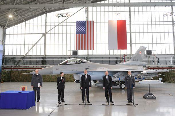 Gen. Sławomir Szczepaniak, Stephen Mull, Tomasz Siemoniak, Czesław Mroczek i dowódca 31 BLT, płk dypl. pilot Jacek Pszczoła