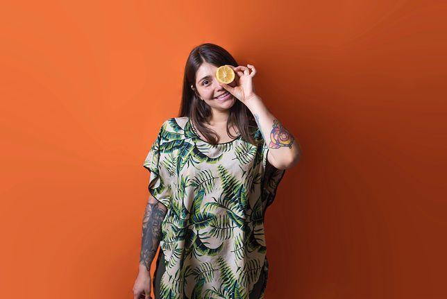 Kolorowe tuniki ze zwiewnego materiału to kobiece i bardzo wygodne ubrania