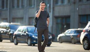 Piesi na potęgę korzystają ze smartfonów podczas przechodzenia przez ulicę