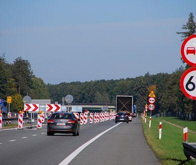 Wąski pas na remontowej autostradzie A4. Zmieści się tylko motocykl