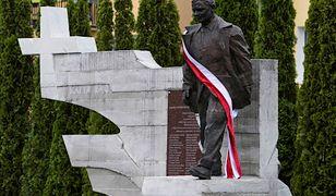 Policja szuka mężczyzny, który usiadł na pomniku Kaczyńskiego. Jest zdjęcie