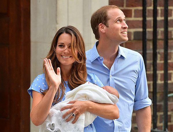 Książę William i księżna Kate z dzieckiem opuścili szpital