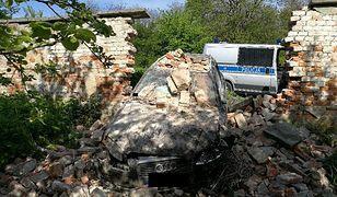 Kierowca Audi przebił mur klasztoru. Szuka go policja