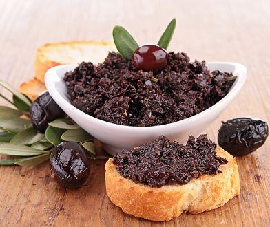Tapenada z czarnych oliwek to pyszna propozycja do kanapek i tapas.