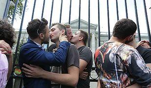Homoseksualiści całowali się przed ambasadą Rosji