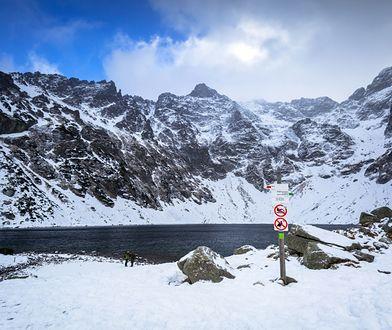 Czarny Staw pod Rysami znajduje się na wysokości 1583 m n.p.m. w Dolinie Rybiego Potoku