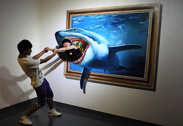 Wyciąga dziewczynę z paszczy rekina - niezwykłe zdjęcia