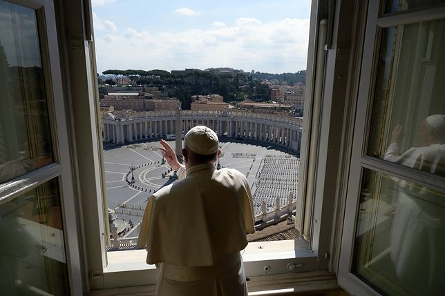 Koronawirus w Europie. Papież Franciszek udziela błogosławieństwa.