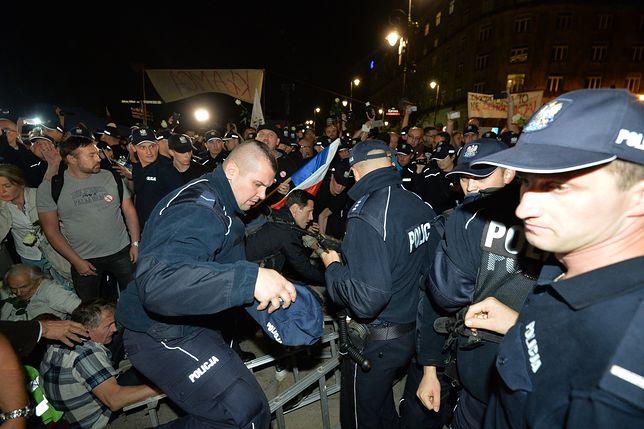 W czasie miesięcznic smoleńskich organizowane są kontrmanifestacje
