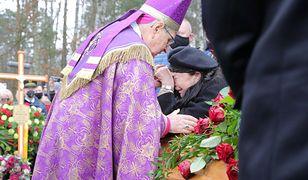 """Biskup pogodzi macochę i pasierba? """"Ewa Krawczyk już do mnie dzwoniła"""""""