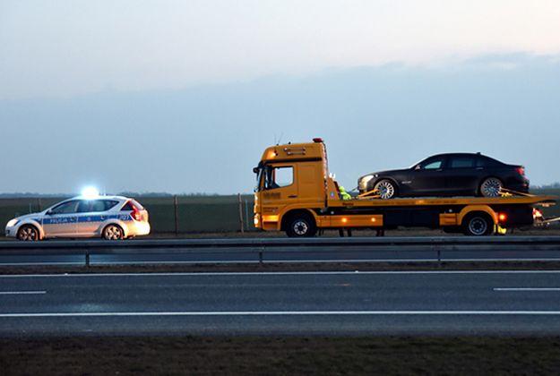 Limuzyna, która podróżował prezydent Andrzej Duda, wydobywana z rowu autostrady A4.