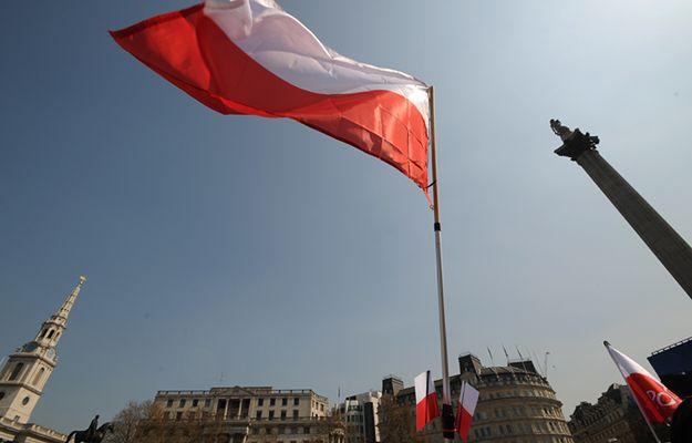 Polska flaga na Trafalgar Square w Londynie
