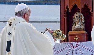 Papież przed drewnianą rzeźba Maryi pochodzącą ze zniszczonej przez wybuch bomby atomowej katedry w Nagasaki