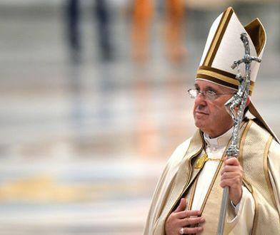 """Papież Franciszek przybył na Mauritius. Samolot linii Air Madagascar z papieżem na pokładzie wylądował na międzynarodowym lotnisku stolicy Mauritiusa, Port-Louis. Hasło 9 godzinnej pielgrzymki brzmi """"Pielgrzym pokoju""""."""