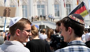 Dwaj mężczyźni w kipach w Bonn