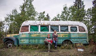 Karol i Ola Lewandowscy na tle Magicznego Autobusu
