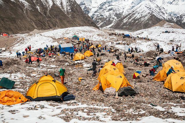 Mount Everest niczym wysypisko śmieci. Niechlubna pamiątka po wspinaczach