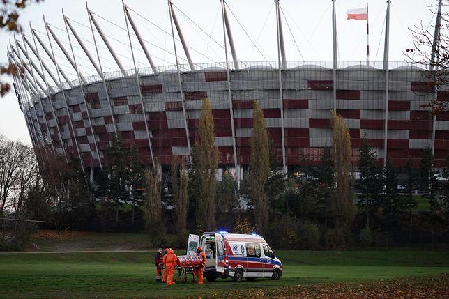 Szpital Narodowy. Testowe lądowanie helikoptera i ćwiczenia z transportu pacjentów do szpitala tymczasowego na stadionie