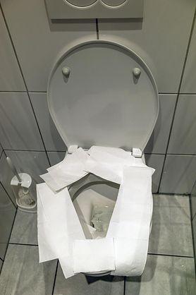 Nie przykrywaj deski sedesowej papierem toaletowym. To poważny błąd