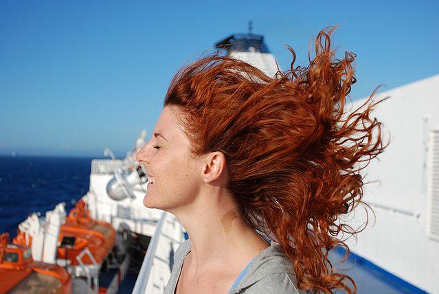 Jak zwiększyć objętość włosów i podnieść je u nasady?