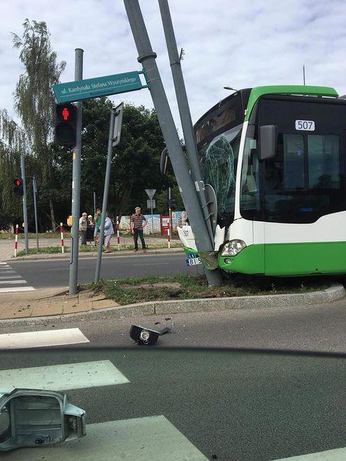 Kierowca autobusu wjechał w latarnię, 15 osób jest rannych
