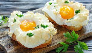 Konkurencja dla jajecznicy i jajka na miękko. Pyszne śniadanie z piekarnika