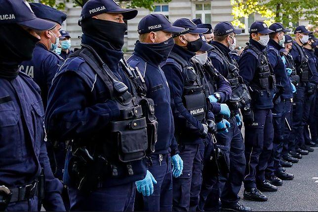 Warszawa. W czterech miejscach w stolicy trwają protesty. Demonstranci z transparentami ustawili się pod siedzibą Ordo Iuris, MEN, Trybunałem Konstytucyjnym i przed komendą policji przy Puławskiej. Niektórzy przykuli się zapięciami do rowerów