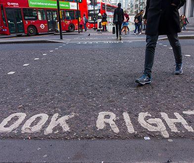 W Wielkiej Brytanii o spojrzeniu w odpowiednim kierunku przypominają odpowiednie napisy na przejściach dla pieszych