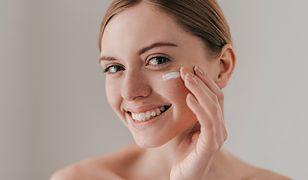 Serum – jak go używać? Serum do twarzy, ciała, włosów i nie tylko
