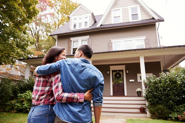 Koszty utrzymania dużego domu są jednym z podstawowych elementów, jakie trzeba wziąć pod uwagę przy podejmowaniu decyzji o zakupie lub budowie takiej posesji
