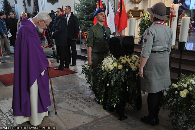 Ksiądz Adam Boniecki przed trumną Pawła Adamowicza