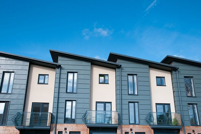 Domy szeregowe są popularnym typem nieruchomości w miastach i na przedmieściach.