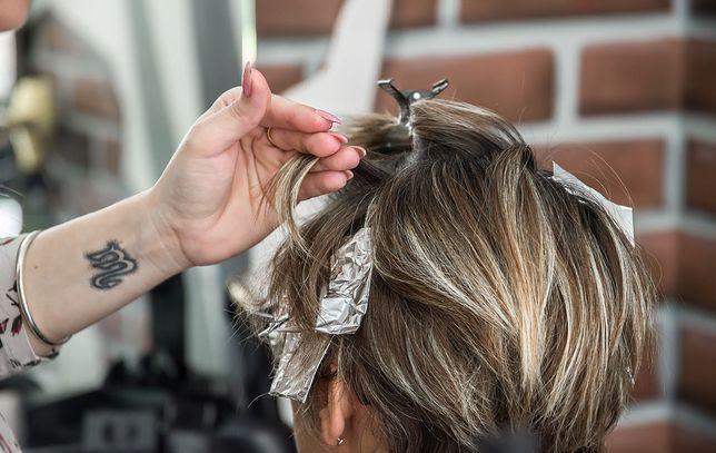 Początkująca kosmetyczka może liczyć na wyższe zarobki od zaczynającej prace fryzjerki.