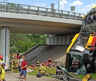 Autobus wypadł z wiaduktu w Warszawie. Jedna osoba nie żyje