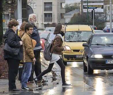 piesi,przejście dla pieszych,samochody,ruchu uliczny,dziewczyna na przejściu