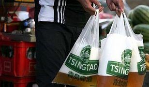 Piwo w markowych torbach Tsingtao