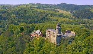 Zamek Grodno leży w południowej części Gór Wałbrzyskich na szczycie góry Choina wznoszącej się nad lewym brzegiem Bystrzycy