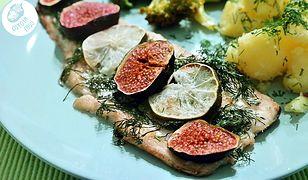 Pstrąg pieczony z figami to świetny pomysł na piątkowy obiad. Rodzina będzie zachwycona.