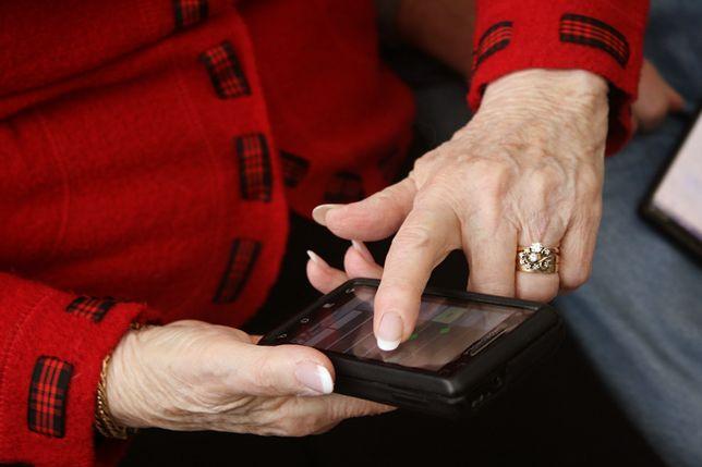 """Telefon dla starszej osoby powinien mieć przycisk """"SOS"""""""
