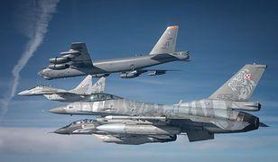 Amerykański bombowiec B-52 eskortowany przez polskie F-16 i MiG-29