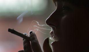 Kobieta paląca marihuanę.