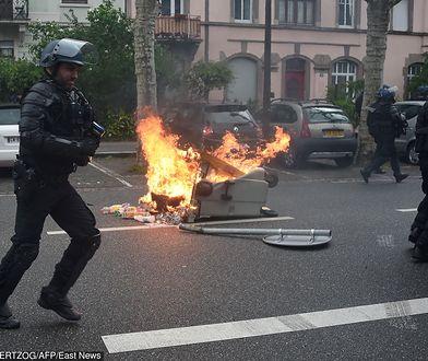 """Podczas protestów """"żółtych kamizelek"""" w Strasburgu podpalono m.in. kosze na śmieci"""
