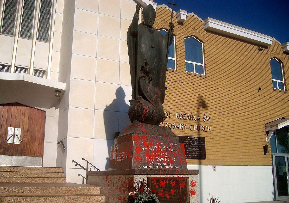 Podstawa posągu Jana Pawła II miała dziesiątki pomalowanych na czerwono odcisków dłoni(Fot: East News)(Fot: East News)